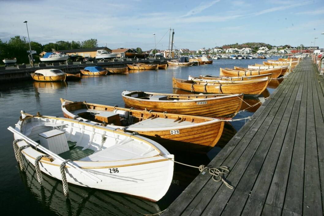 SJEKTEBYEN: Stavern er kjent for sine vakre sjekter. De ligger på rekke og rad i kanalen på havna. Foto: Amund Rich. Løken.