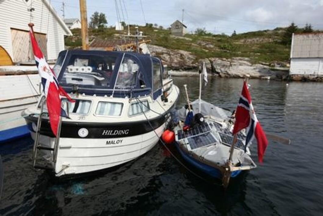 PÅ SHETLAND: Både følgebåt og færing har kommet vel frem til Shetland. Her like før avgangen fra Sogn.