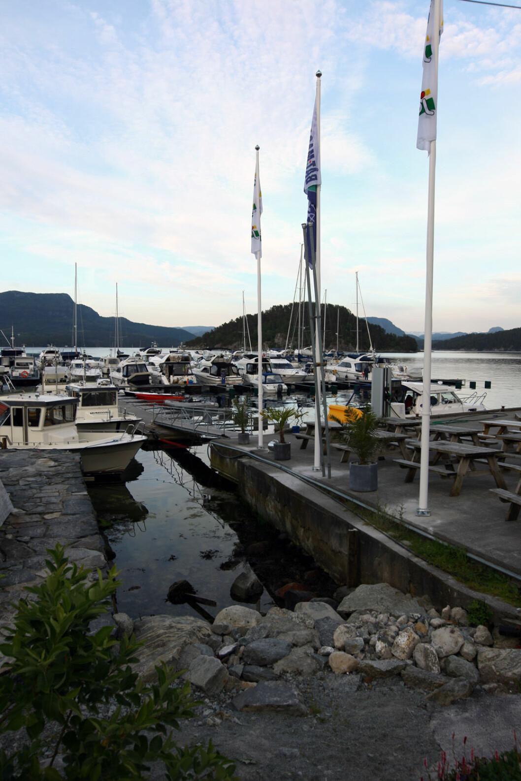 FLAGGET TIL TOPPS: Klokken 12 i dag heises flagget som tydelig  bevis på Skartveits popularitet blant båtfolket.