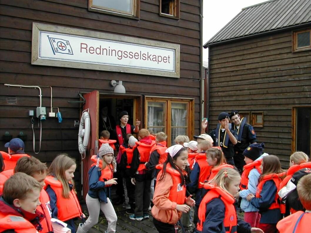 VESTPÅBUD: Skal et vestpåbud bare gjelde barn under 16 år - eller alle i båt uansett alder?  I dag avgjør Stortinget. Foto: Redningsselskapet.