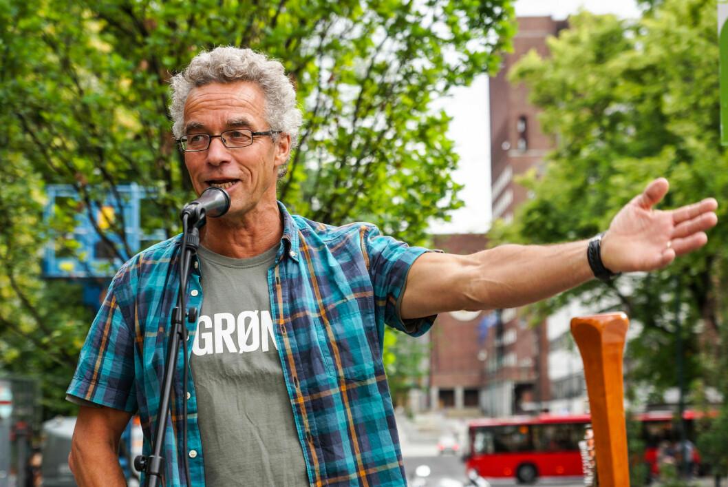 HELOMVENDING: Rasmus Hansson i Miljøpartiet De Grønne går fra nei til ja i Stortinget i dag. dermed blir det flertall for vestpåbud for alle. Foto: Miljøpartiet De Grønne.