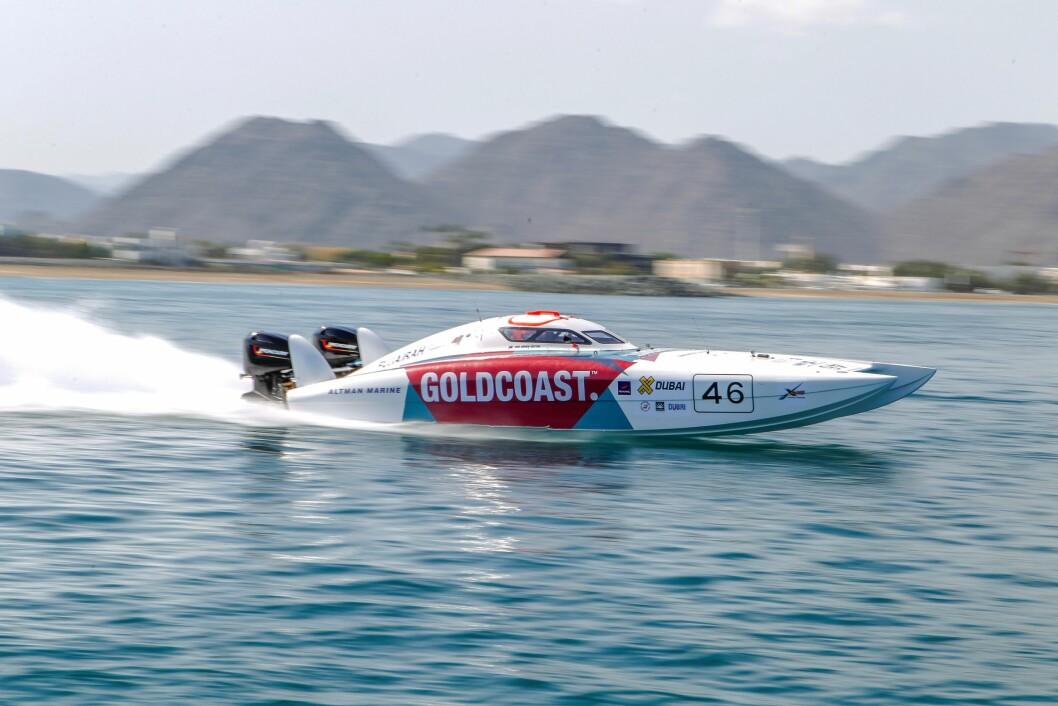 RASKE BÅTER: Båtene i X Cat er katamaraner på 28 fot som drives av to motorer på til sammen 900 hestekrefter. Båtene kan komme opp i en toppfart på 110 knop, og i båten sitter det en pilot som styrer og navigerer og en thottlemann som har ansvaret for far