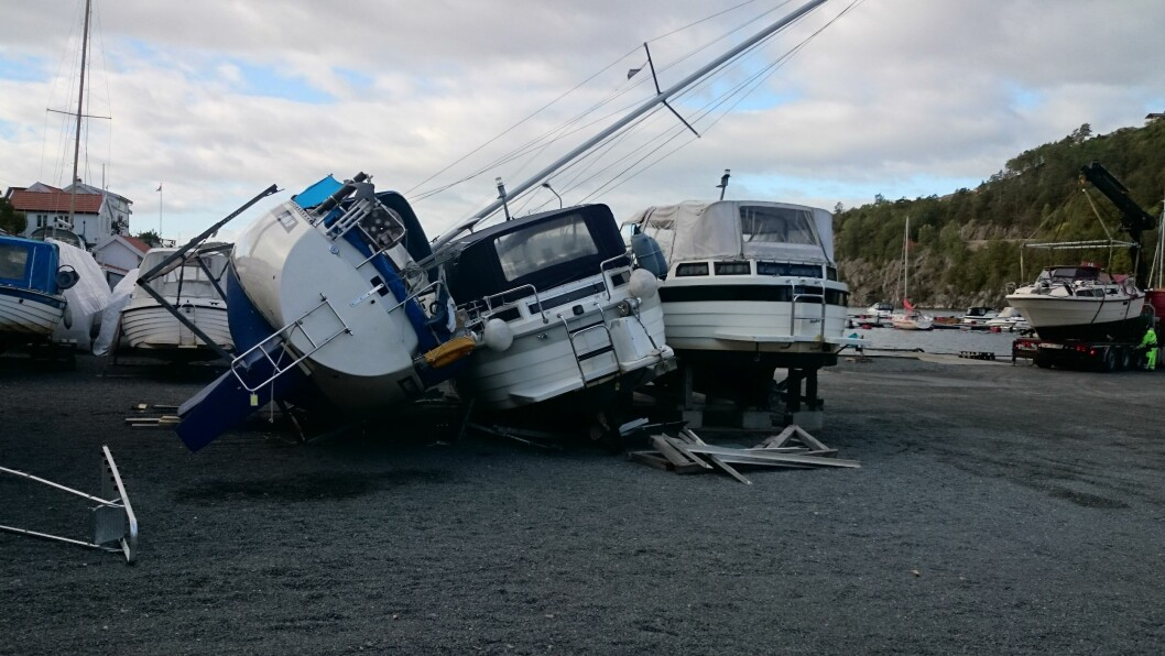 En seilbåt veltet i den første høststormen og tok med seg et par snekker på Østerå ved Tvedestrand i helgen. (Foto: Øyvind Jørgensen)