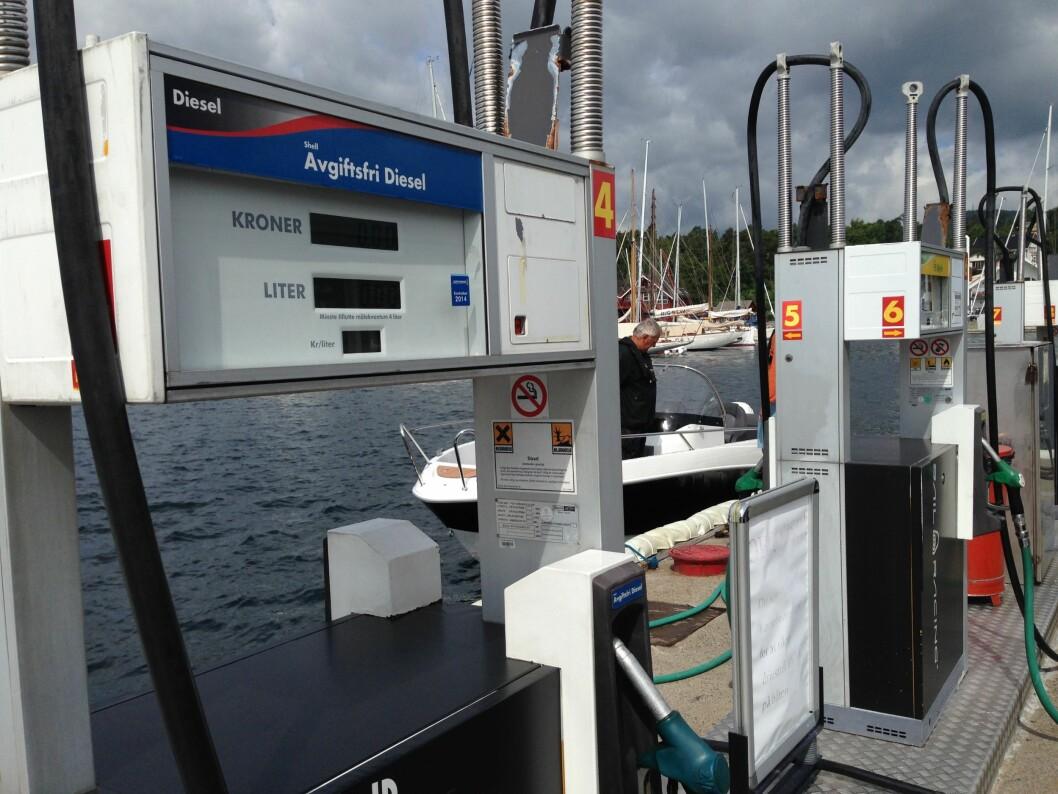 SPØR: Alle som fyller båtdiesel i sommer bør spørre betjeningen om hva slags kvalitet som er i pumpene.Er stasjonen ubetjent, så ring oljeselskapet. (Foto: Amund Rich. Løken).  (Foto: Amund Rich. Løken).