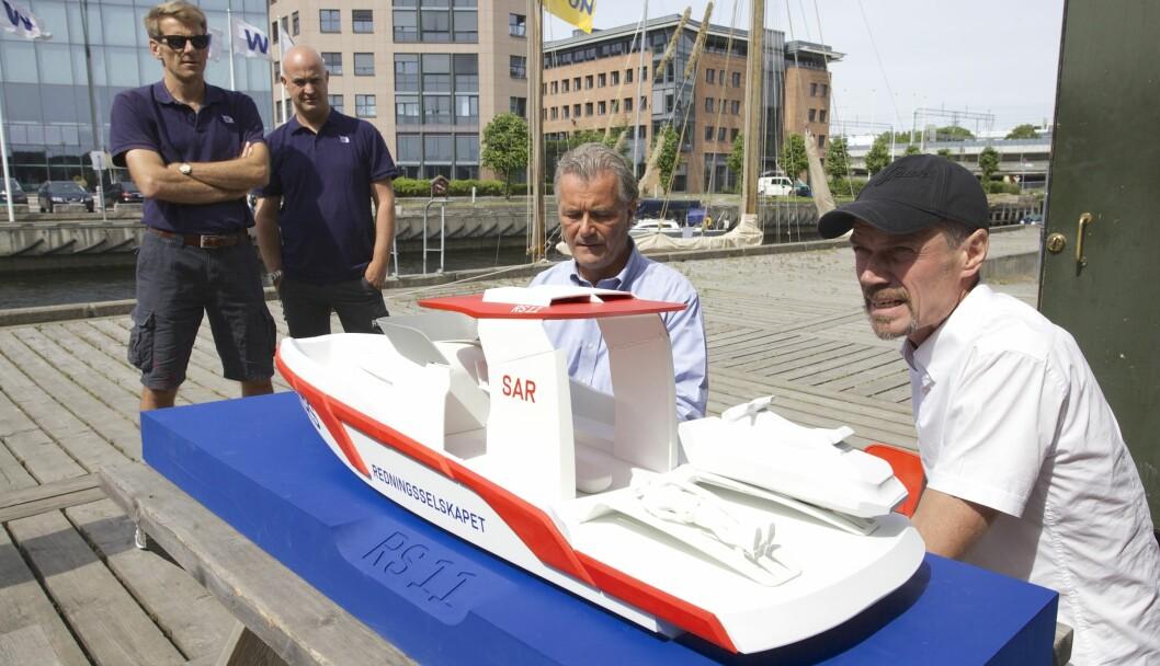STAFF-KLASSEN: Slik blir de nye redningsbåtene som Bård Eker (t.h.) har designet, her sammen med donator Einar Staff. (Foto: Redningsselskapet).