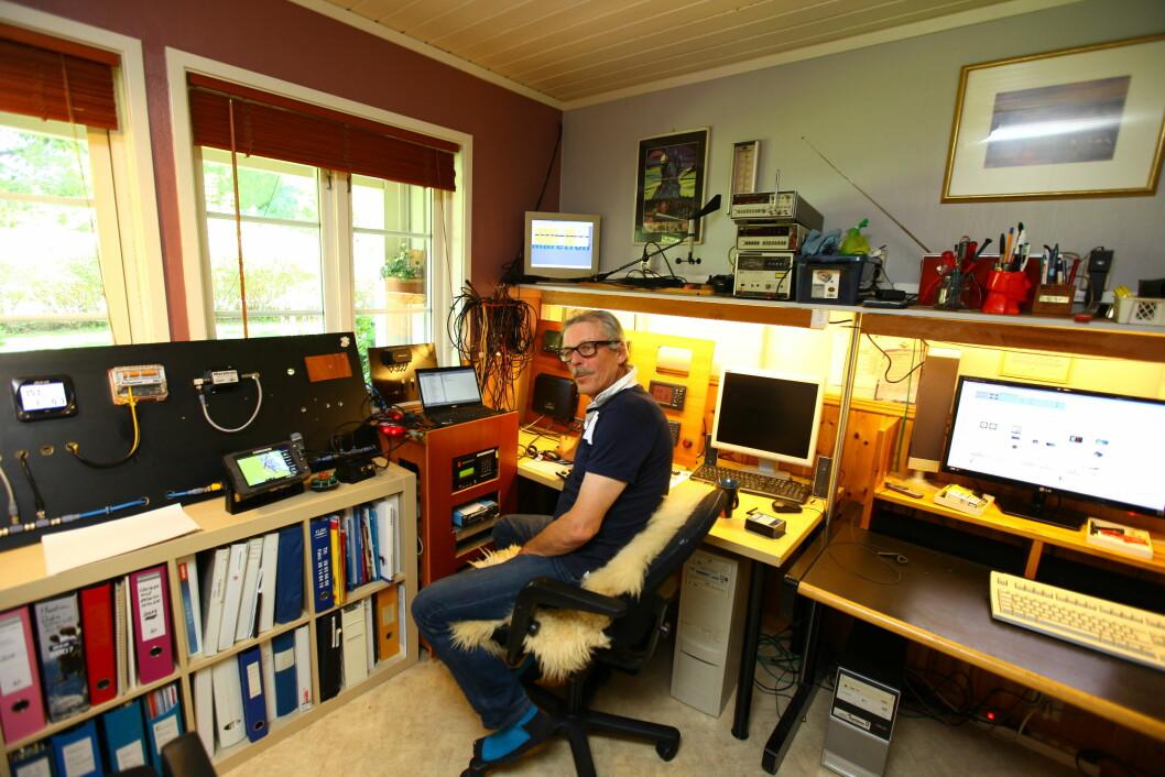 HJEMMEKONTOR: Ole Jo Søbye får gamle og nye  instrumentene til å snakke sammen. På kontoret har han koblet opp et komplett NMEA200-nettverk, som stadig testes og utvides.