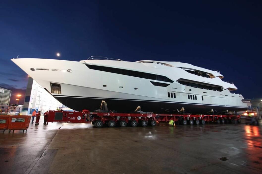 RUVER: Med sine 155 fot er det ingen liten båt Sunseeker har produsert. Her rulles båten ut fra produksjonshallen i England.