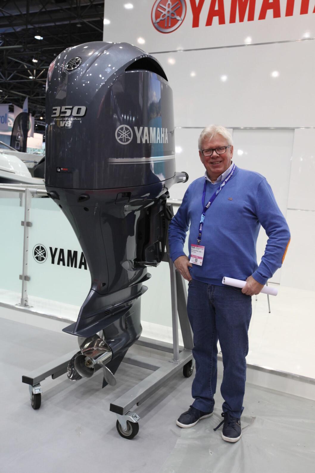 Den ruver i terrenget, Yamahas 350 hesters utenbordsmotor. Nå bør den bli 70.700 kroner billigere når den forhatte HK-avgiften forsvinner. Båtmagasinets reportasjeleder Amund R. Løken har grunn til å smile på vegne av båtfolket.