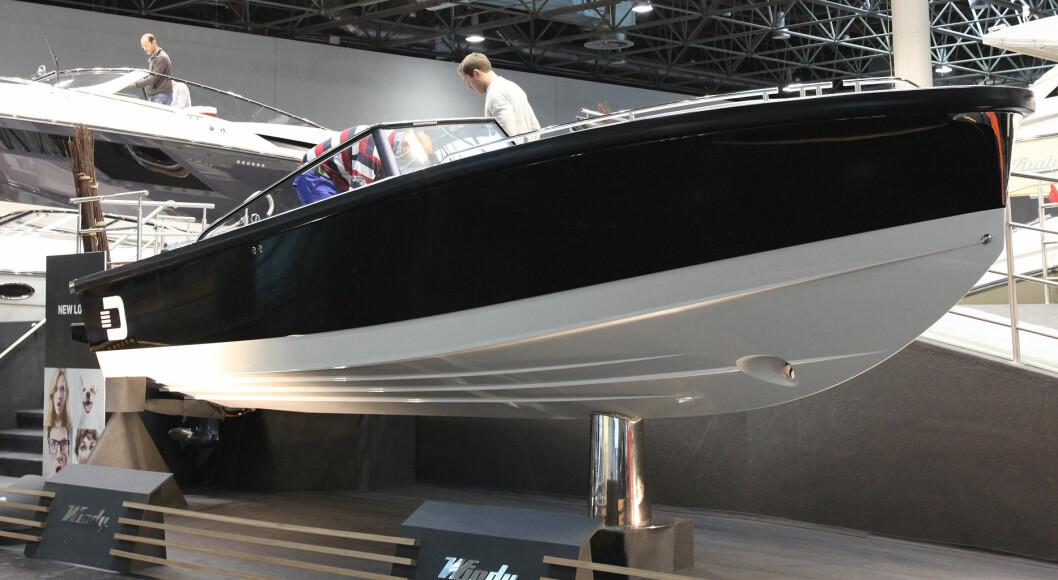 FØRTE BILDENE: Her er de første bildene av den nye Draco 26 RS, tatt på båtmessen i Düsseldorf fredag form,iddag. (Foto: Hans B. Eidstuen).