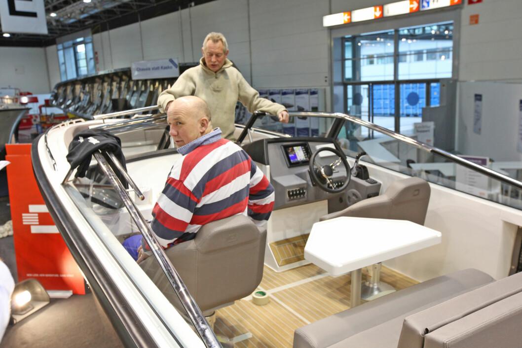 DRACO:  Windys Jens Frivoll og Frank Grosvold legger siste hånd på den nye Draco 26 RS. Båten har verdenspremiere på båtmessen i Düsseldorf lørdag. (Foto: Hans B. Eidstuen).