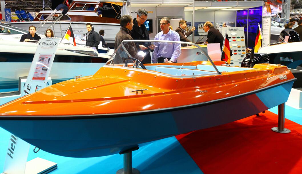 Hellwig Boote stilte ut sin orange Poros, og forlangte 9990 euro for båt, motor og henger. FOTO: Hans Eidstuen