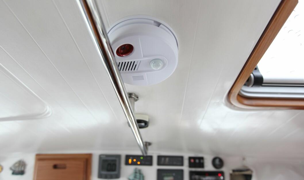 ALARM: Denne takmonterte alarmen ser ut som en røykvarsler, men leverer fra seg masse lyd. Foto: Lars K Larsen