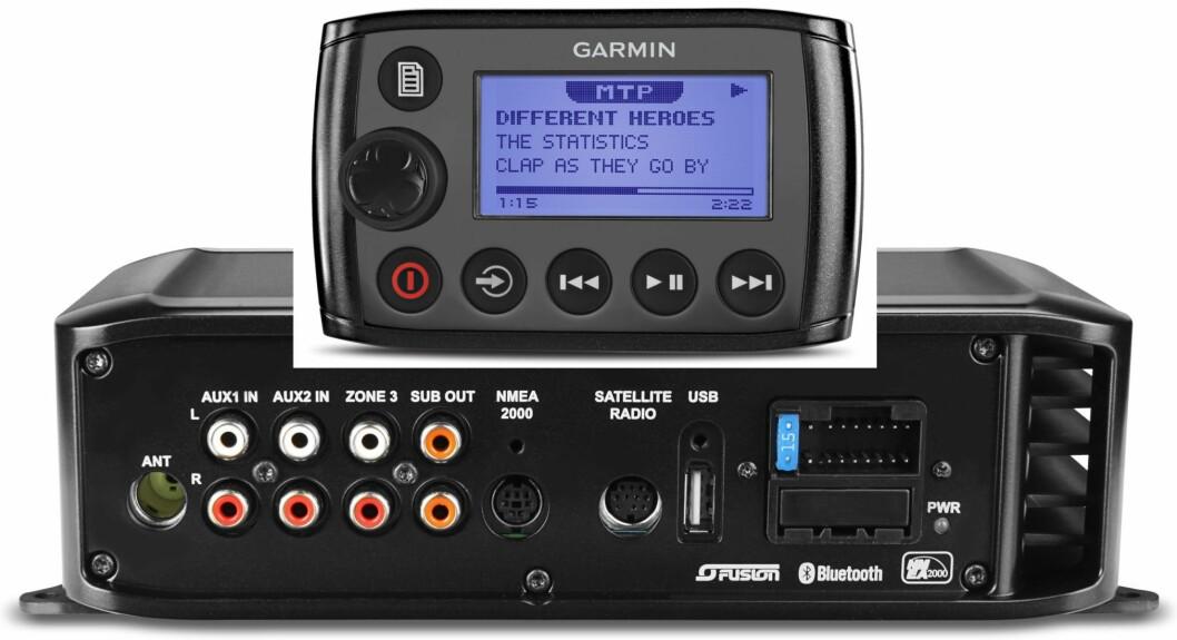 MUSIKK I BÅTEN: Med blåtannintegrering kan musikken spilles trådløst i to soner. Øverst på bildet er fjernkontrollen som kan kjøpes som ekstrautstyr.