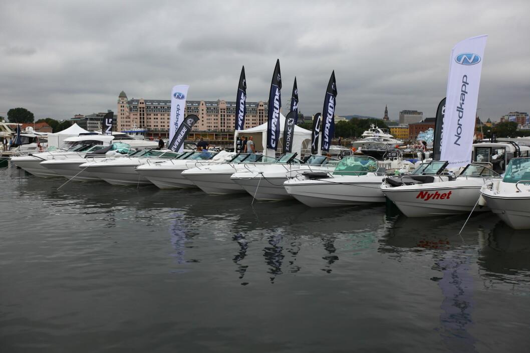 PÅ PLASS: Mange båter har allerede funnet båsene sine ved Sukkerbiten. I morra skal alle være på plass på det nye messeområdet.