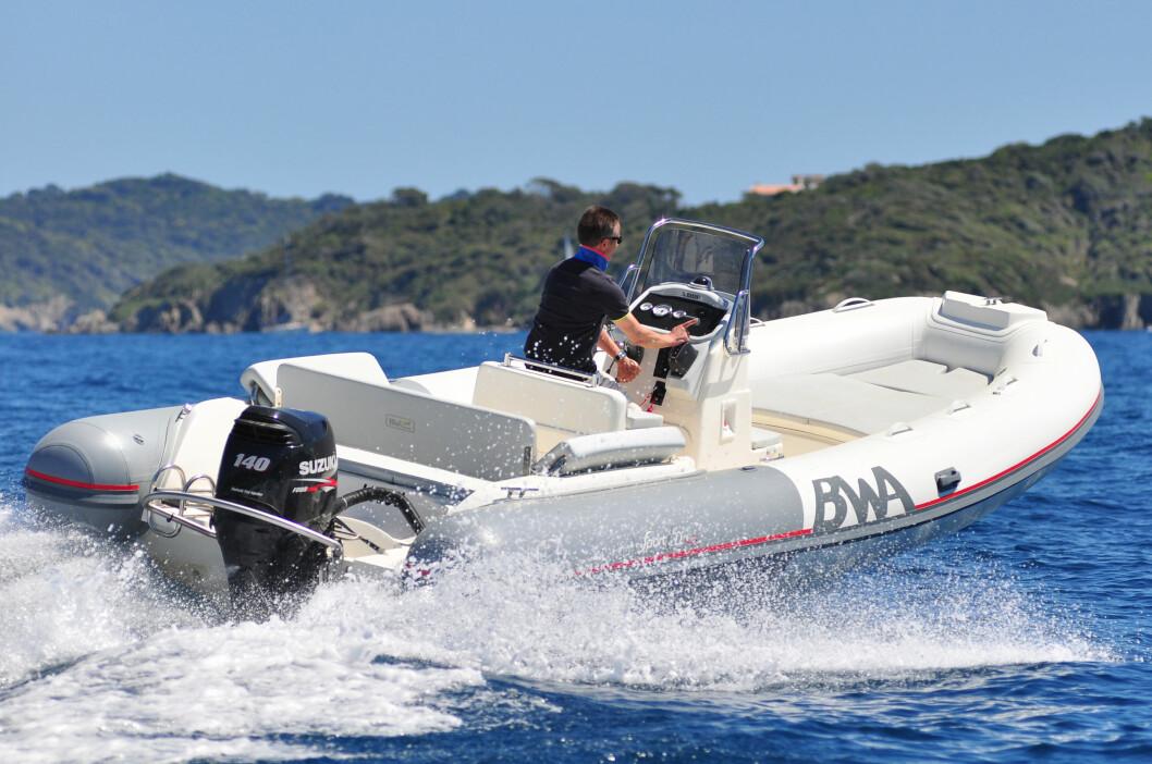 RASK FORFLYTNING: Med 140-hesters motor klarer båten 36 knop. Men målingen er neppe med 13 mann om bord, en last som er mulig med denne farkosten.