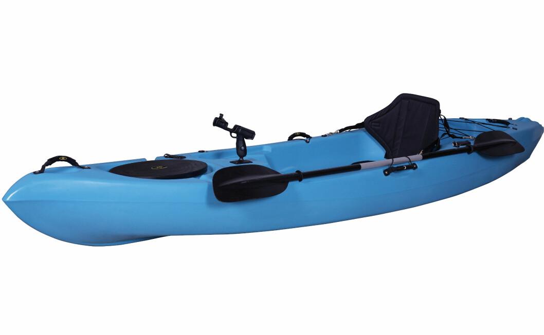 SEASY Sport er 3,8 meter lang og koster 5000 kroner. Kajakken er ferdig rigget med fiskestangholder.