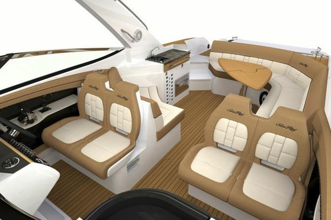 ROMSLIG: Fire personer får plass i fartsretningen i den nye Sea Ray 350 SLX. Båten er ellers utstyrt med full bysse og en sosila sittegruppe akter.