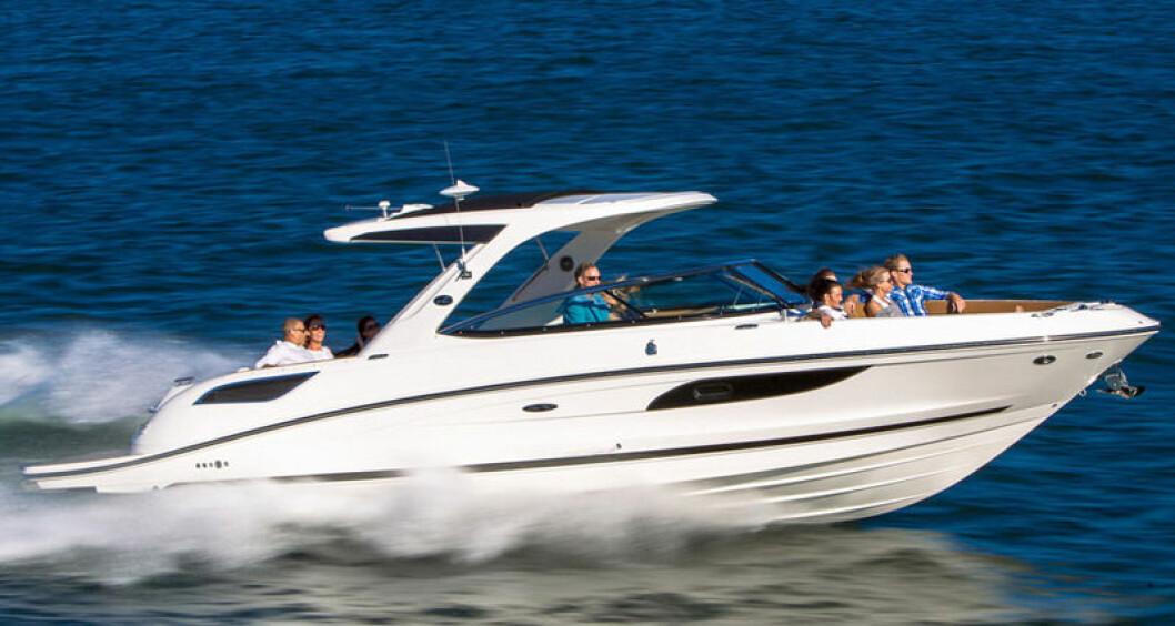 STOR BOWRIDER: Sea Ray 350 SLX passer best til godværsdager med sin åpne planløsning.