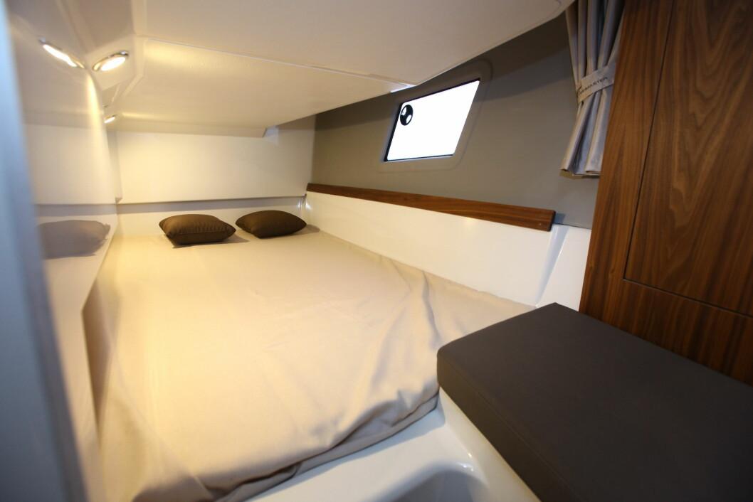 PLASS TIL TO: Stikklugaren har køyeplass til to personer, samt sittebenk og klesskap ved åpningen.