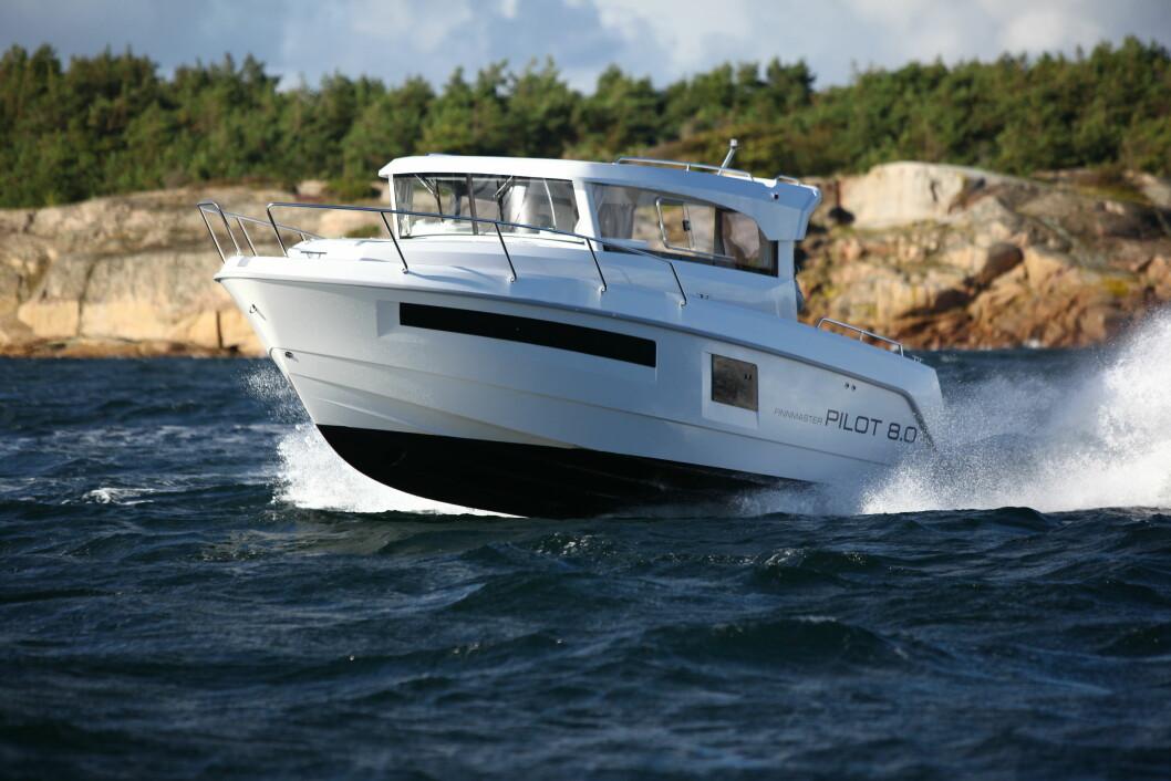 FINNMASTER Pilot 8.0 er ikke alene i dette segmentet. Her konkurrerer den direkte med båter som Askeladden P80 og Jeanneau Merry Fisher 855 Marlin. Foto: Lars Kristian Larsen