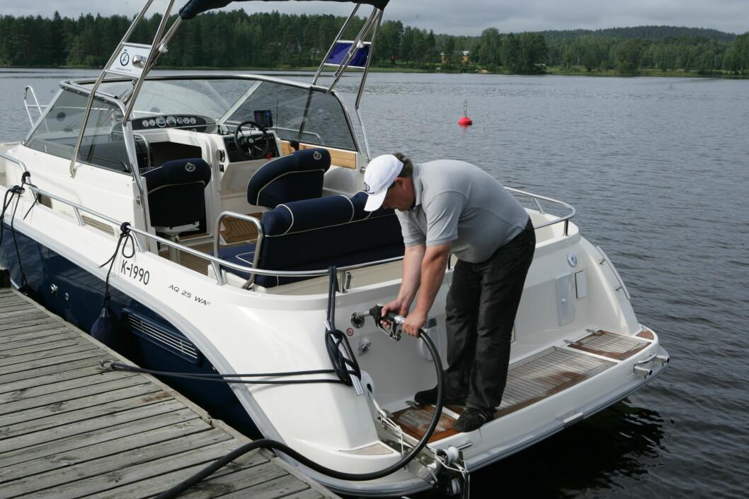 KOSTBART: Fra neste sesong blir båtdieselen nesten ei krone dyrere per liter.