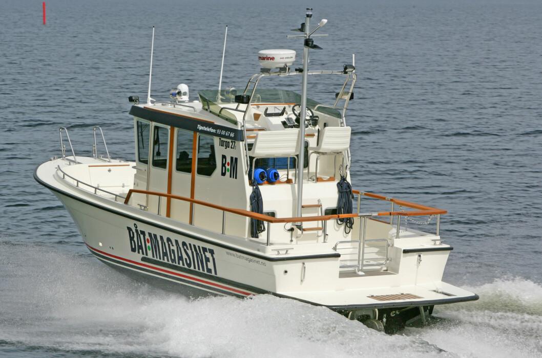 REPORTASJEBÅTEN: Vår Targa 27.1 frakter oss fra havn til havn langs kysten. Tips oss om du kjenner noen som fortjener omtale.