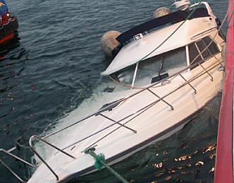 Båt sank - fire reddet fra holme