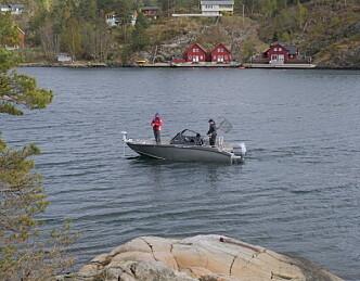 Proff sportsfisker med mobilen