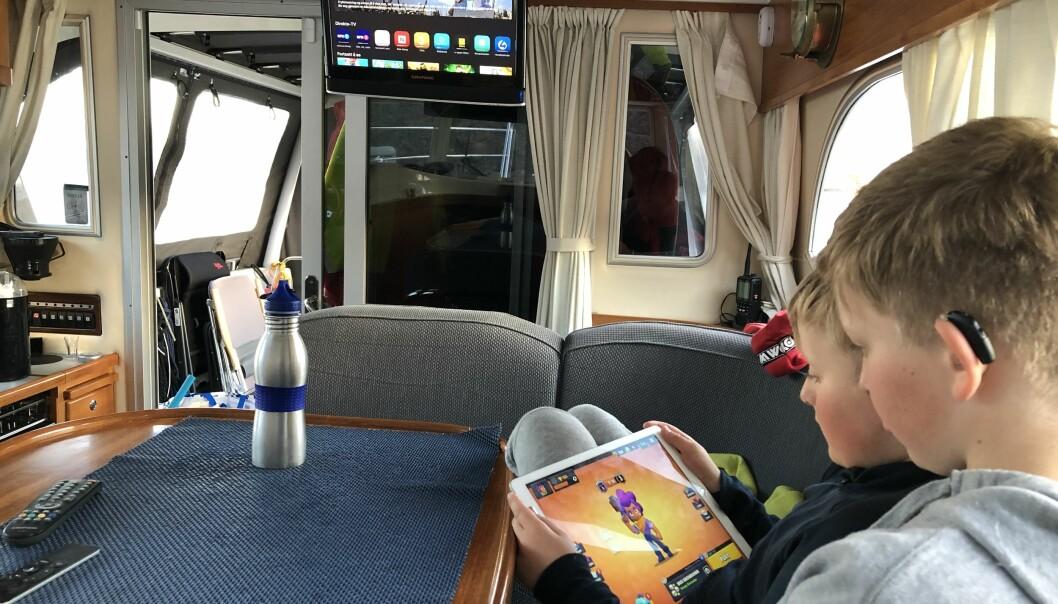 INTERNETT: Familien Thomassen tilbringer mye tid på sjøen og har sørget for godt nett om bord i båten.
