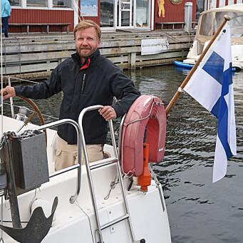 <b>Unngikk karantene <br></b>Finske Kimmo Viljamaa fra Borgå utenfor Helsingfors i Finland var en av to båtgjester i Stavern tidlig i juni. Han var på vei fra Norge til Finland med sin seilbåt som hadde overvintret i Norge. - Jeg har vært her på jobbreise i to uker, og kunne dermed hente båten samtidig, forteller Viljamaa, som har vært på oppdrag i Norge, og som dagen etter skulle krysse grensen til Sverige. - Siden jeg har vært her på jobb, har jeg ikke måttet være i karantene, konstaterer den finske seileren som skal bruke sommeren til å seile tilbake til Finland via Gøta kanal og Østersjøen.