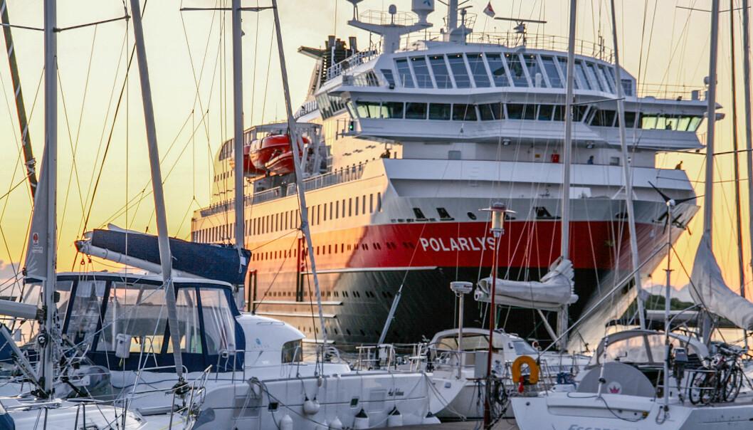MEKTIG: Det ser nesten ut som om Hurtigruta skal inn i gjestehavna når den snur i Brønnøysund.