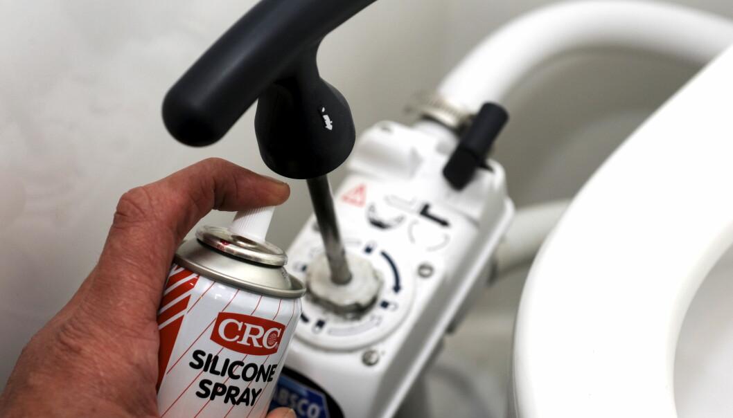 VEDLIKEHOLD: Smør pumpestanga og o-ringen på pumpestempelet med vannfast silikonfett (eller syrefri vaselin).