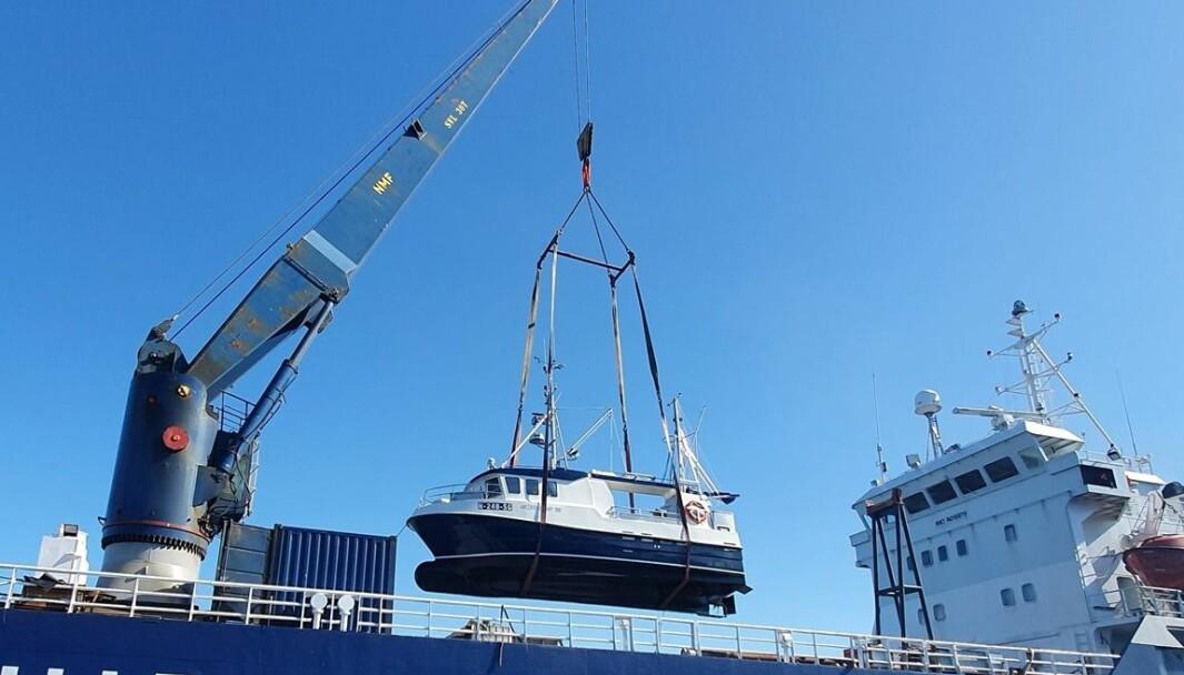 LASTING: Eksempel på fritidsbåt som lastes på linjeskipet Karmøy fra posisjon i sjøen.