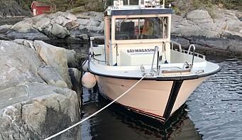 SJØMANNSKAP: Når en båt er fortøyd med fortøyninger og spring, kan den duve lett ved brygga uten å ligge helt inntil. Spring er ett av mange maritime ord og uttrykk i denne ordlisten.