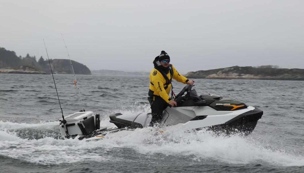 FISKER I FARTA: Tommy Egra kommer seg raskt mellom fiskeplassene med Sea Doo Fish Pro.
