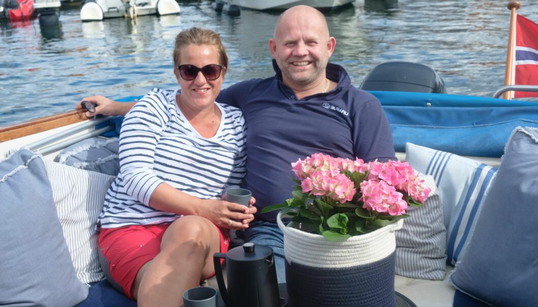 KOS I BÅT: Winrace 22 er en sosial båt - og enda mer sosial skal den bli etter oppussingen, sier Joyce og Frode.