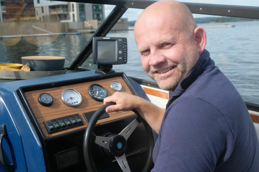 FØRERPLASSEN: Tidligere båttestere i Båtmagasinet skryter mye av førerplassen i Winrace 22, sier Frode. Han ser likevel for seg mange tekniske forbedringer med nye instrumenter og en real plotter.