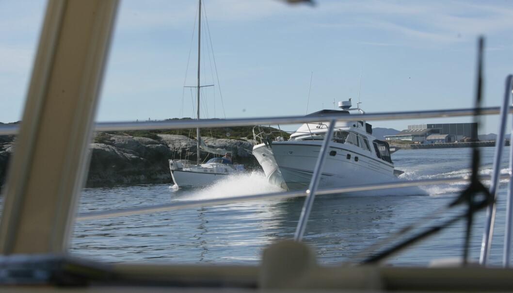 FARTSGRENSER: Her bryter ikke båten fartsgrensene, men derimot Sjøveisreglene. Å utvise skjønn er uansett en viktig del av godt sjømannskap.