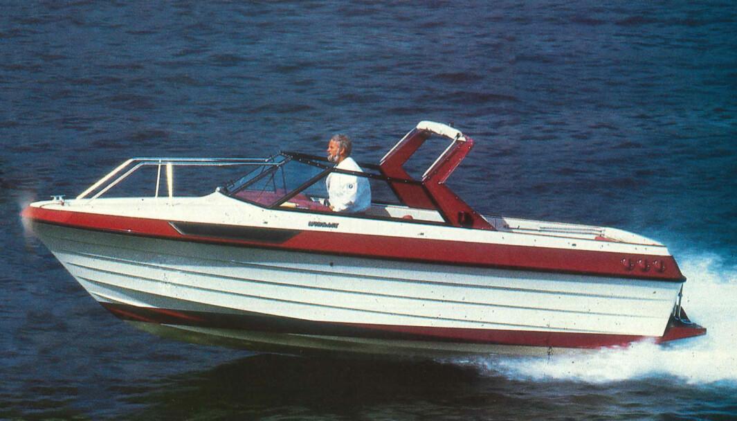 FRA ARKIVET: Et diskret, men likevel friskt og smakfullt fargevalg gir båten et eksklusivt preg. Targabøylen gjør den todelte kalesjen enkel å betjene.