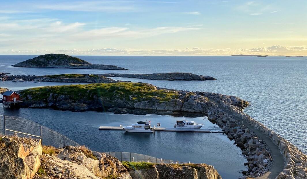 GODT BESKYTTET: Ved gjestebrygga vest for øya Nakken kan man fortøye longside på begge sider.