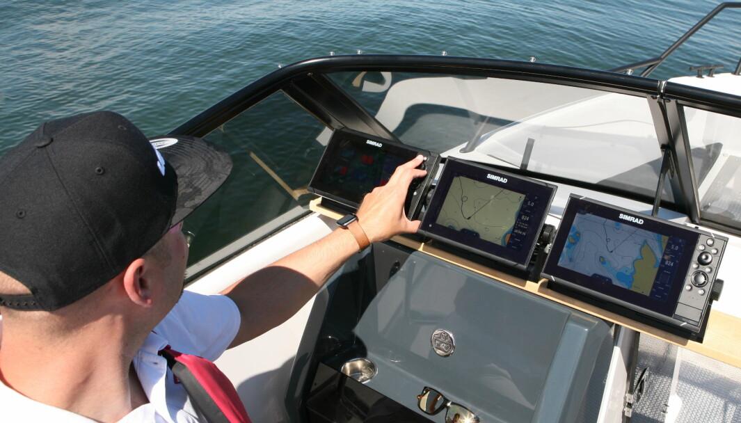 ÅPEN BÅT: Tre ni-tommers kartplottere fra Simrad ble testet i en hurtiggående, åpen båt. I slike båter kan fremfor alt sollys gi besværlige reflekser.