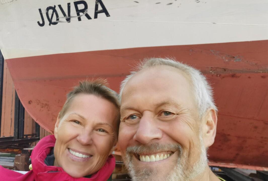 VÅRT NYE HJEM: Marianne Aasheim og Even Øiestad pusser opp en 75 fots ambulansebåt fra Hamburg til sitt nye hjem.