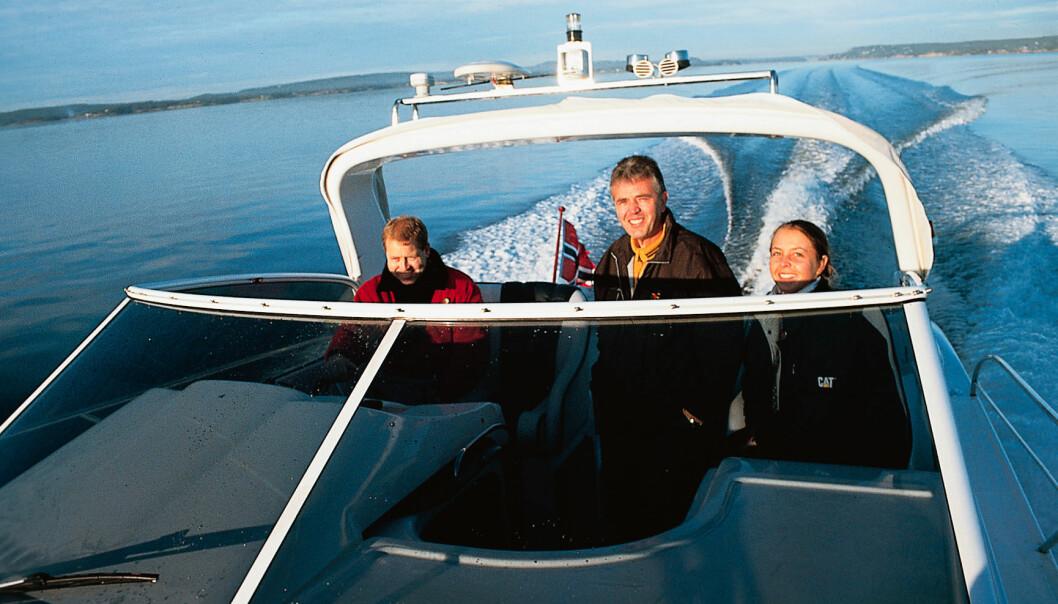 BÅTTUR I MAKSVÆR: Fra venstre: Kristian Krogh Hansen i Høvik Marine AS, Petar Andorov og Petars datter.