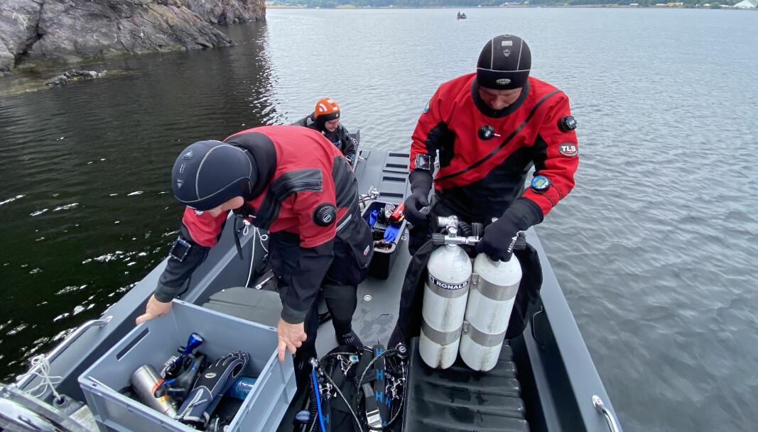 FULLT UTSTYRT: Det er mye vekt når dykkere beveger seg rundt i båten, og den ligger da overraskende stødig.