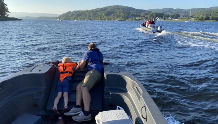 POPULÆRT: For minste, men også for store, var det fint å ligge på lemmen og følge med da båten gikk i sakte fart.