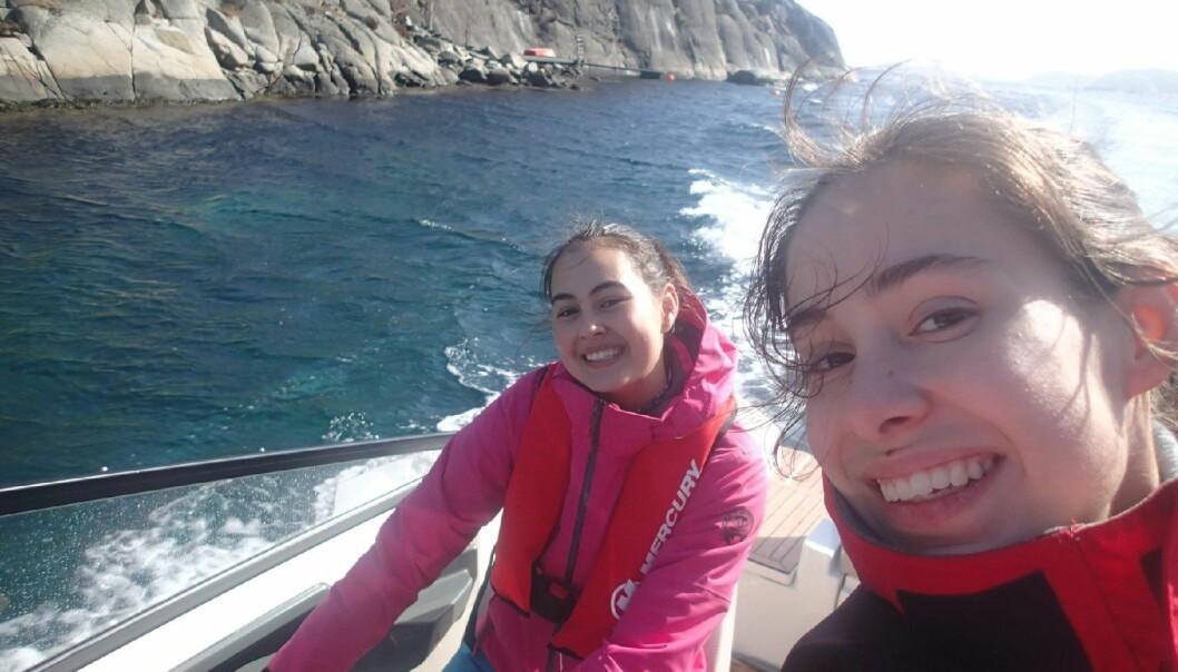 FØRSTE TUR ALENE: Liv Hanh Basberg og Astri Nissen-Lie kjører båt fra Kristiansand til Arendal