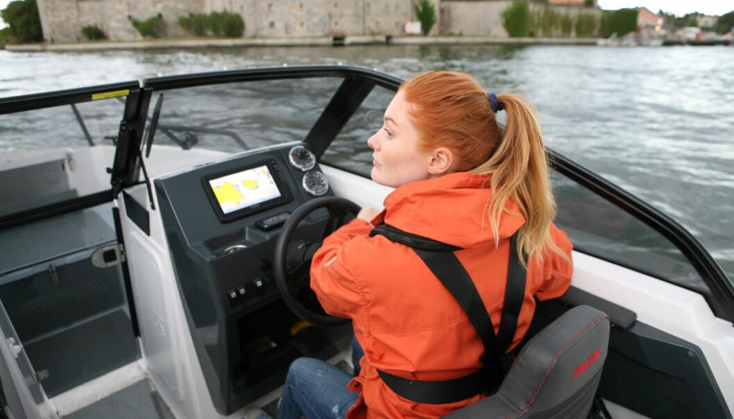 FOR FØRSTE GANG: To ungdommer prøver båtlivet.
