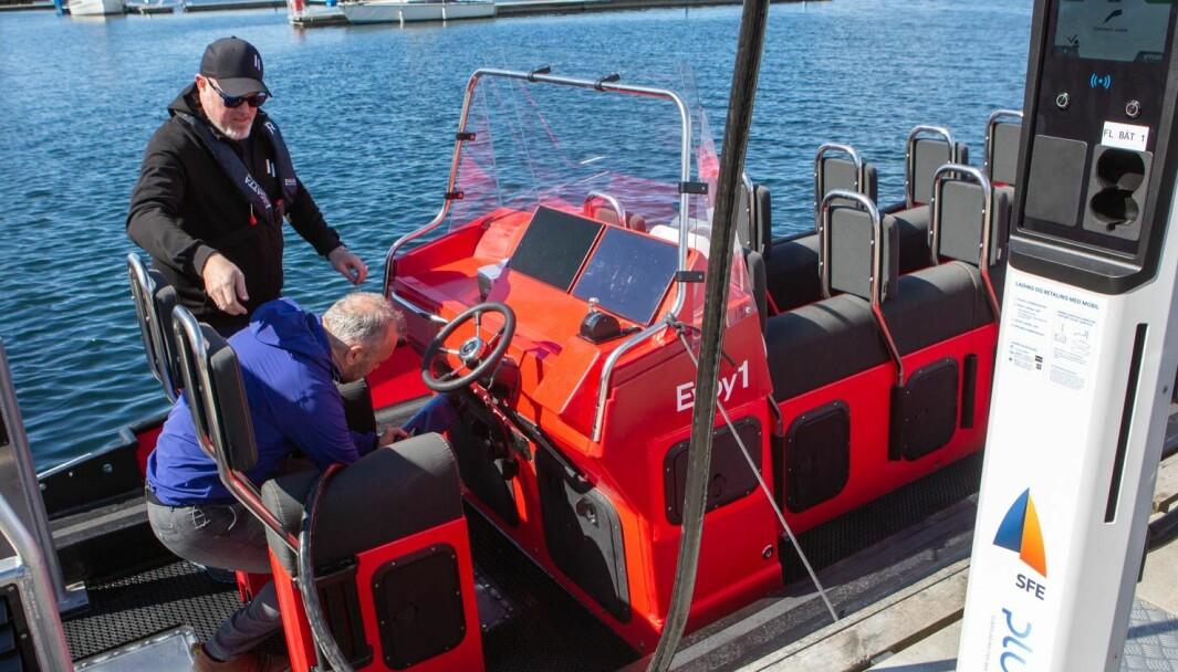 Kinn-ordfører Ola Teigen åpner verdens første lynlader for båt ved å plugge i Evoy1