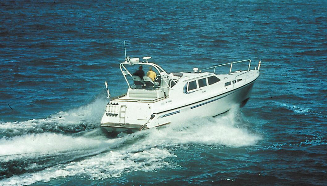 TEST I 2002: Queen Albatrosss har utseende med seg og er ikke skjemmet av en høy flybridge.Båten beveger seg mykt og rolig i sjøen.