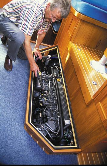 Tilkomst til vitale deler av motoren. Man kan også løfte av flere lokk under bordet, mens full tilkomst krever større demontering.